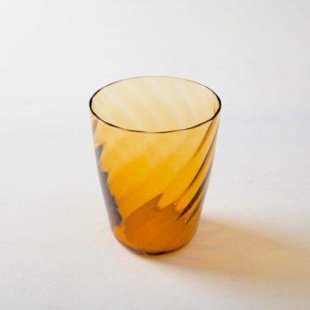 Wasserglas Ana Bernstein 32cl | Diese wunderschönen Wassergläser aus gefärbtem Glas gibt es in gold, lila und blau. So lassen sich die Farben elegant mit Eurer Tisch- und Blumendekorationen kombinieren. Passend dazu bieten wir die Acadia Smoke Weingläser mit Goldrand an oder die vintage Weingläser aus unserer Serie Patricia. | gotvintage Rental & Event Design