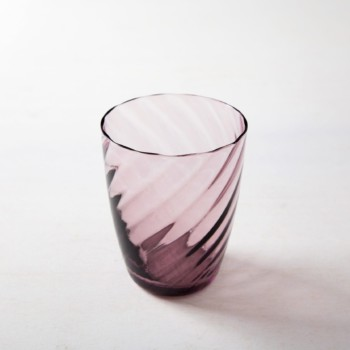 Water Glass Ana Amethyst 32cl | These gracile water glasses made of colored glass are available in purple, blue and amber. This way, the colors can be perfectly combined with your table and flower decorations. We also offer mismatching wine glasses from our series Patricia or the Acadia Smoke wine glasses with gold rim. | gotvintage Rental & Event Design