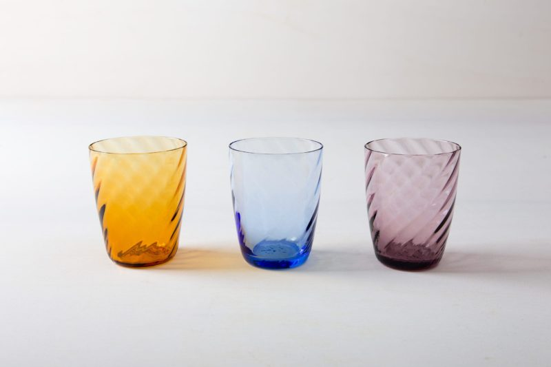 Farbe Radio Button | These gracile water glasses made of colored glass are available in purple, blue and amber. This way, the colors can be perfectly combined with your table and flower decorations. We also offer mismatching wine glasses from our series Patricia or the Acadia Smoke wine glasses with gold rim. |