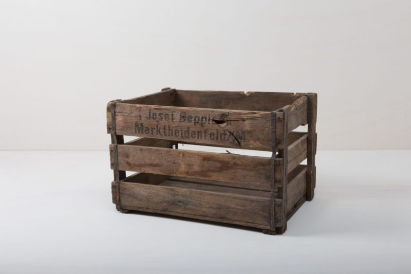 This rustic vintage wine crate made of dark brown wood laths is not only perfect for storing wine bottles, but it also makes a great eye-catcher at your event. Decorated with plants and flowers or as storage for everything that should be beautifully set in scene.