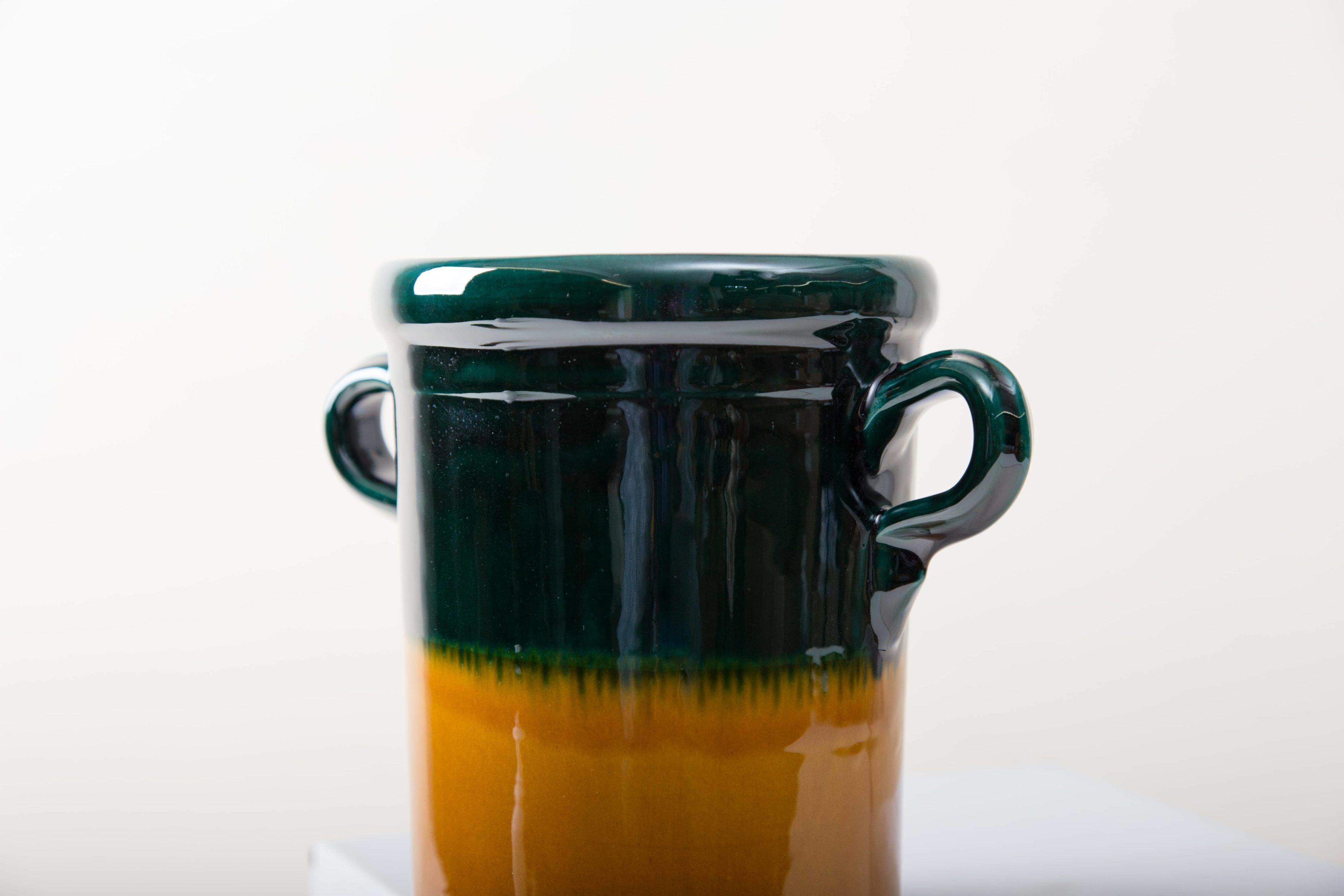 Diese moderne Vase hat eine wunderschöne grün, braune Färbung. Colome ist eine elegante Ergänzung der Dekoration auf jedem Tisch. Ob mit einem netten Strauß, als Bestecktaufbewarung oder mit Süssigkeiten gefüllt, Vase Colome lässt sich wunderbar kombinieren und vielseitig einsetzen.