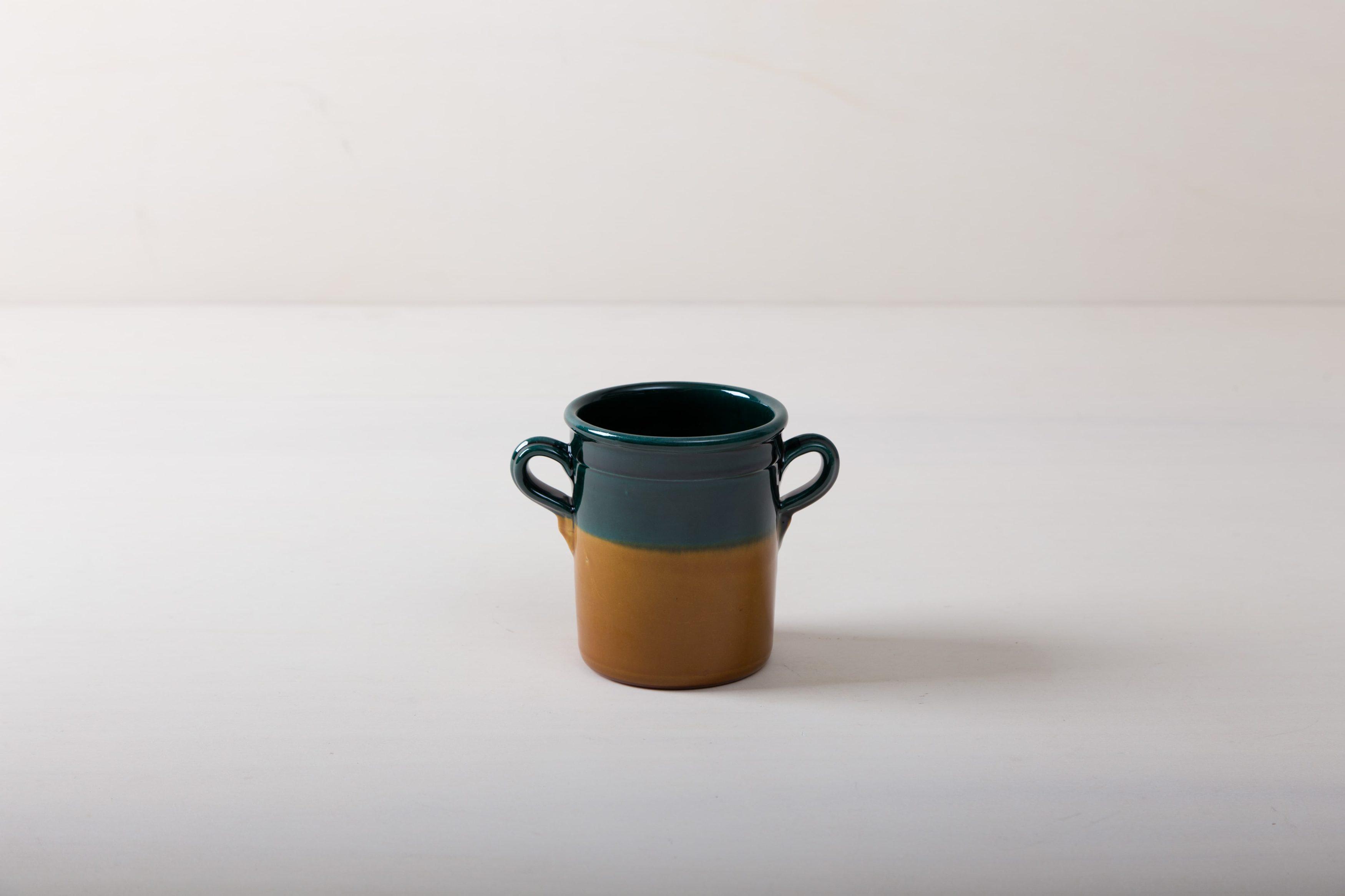 Diese moderne Vase hat eine wunderschöne grün, braune Färbung. Colome ist eine elegante Ergänzung jeder Tischdekoration. Ob mit einem netten Strauß, als Bestecktaufbewarung, elgeant oder rustikal. Vase Colome lässt sich wunderbar kombinieren und vielseitig einsetzen.