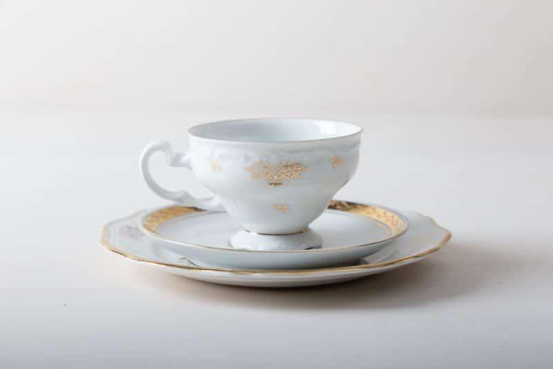 Kuchengedeck Margarita Gold Mismatching | Charmanter kann man Kaffee und Tee nicht servieren. Das romantische Kuchengedeck aus Kuchenteller, Tasse und Untertasse wird zufällig im mismatching Look kombiniert. Vorwiegend goldene Muster, zierliche Formen und funkelnde Goldränder machen jedes Teil zu einem unverwechselbaren Einzelstück. Jedes Set zaubert so individuellen Vintagecharme auf die Kaffeetafel - wie direkt vom Flohmarkt. Toll dazu wirken Vasen voller Wildblumen, matt goldenes Besteck und weich fallende Tischdecken. Passend zum Kuchengedeck bieten wir eine Auswahl an Vintage Speisetellern, Suppentellern und Servierschüsseln mit Dekor im passenden Stil an. | gotvintage Rental & Event Design