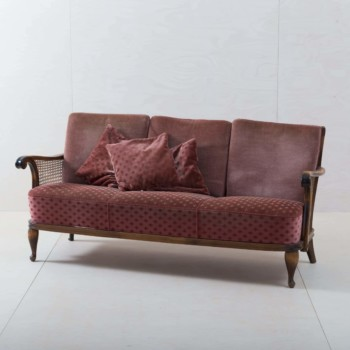 Couch Trigal | Make yourself at home! The cosy couch with velvet cover in old pink seats up to three people. Pretty cushions, decorative legs and delicate wicker give the vintage sofa a romantic look. A great eye-catcher for a cosy sitting area, the entrance area at an event or as a seating option for group photos. | gotvintage Rental & Event Design