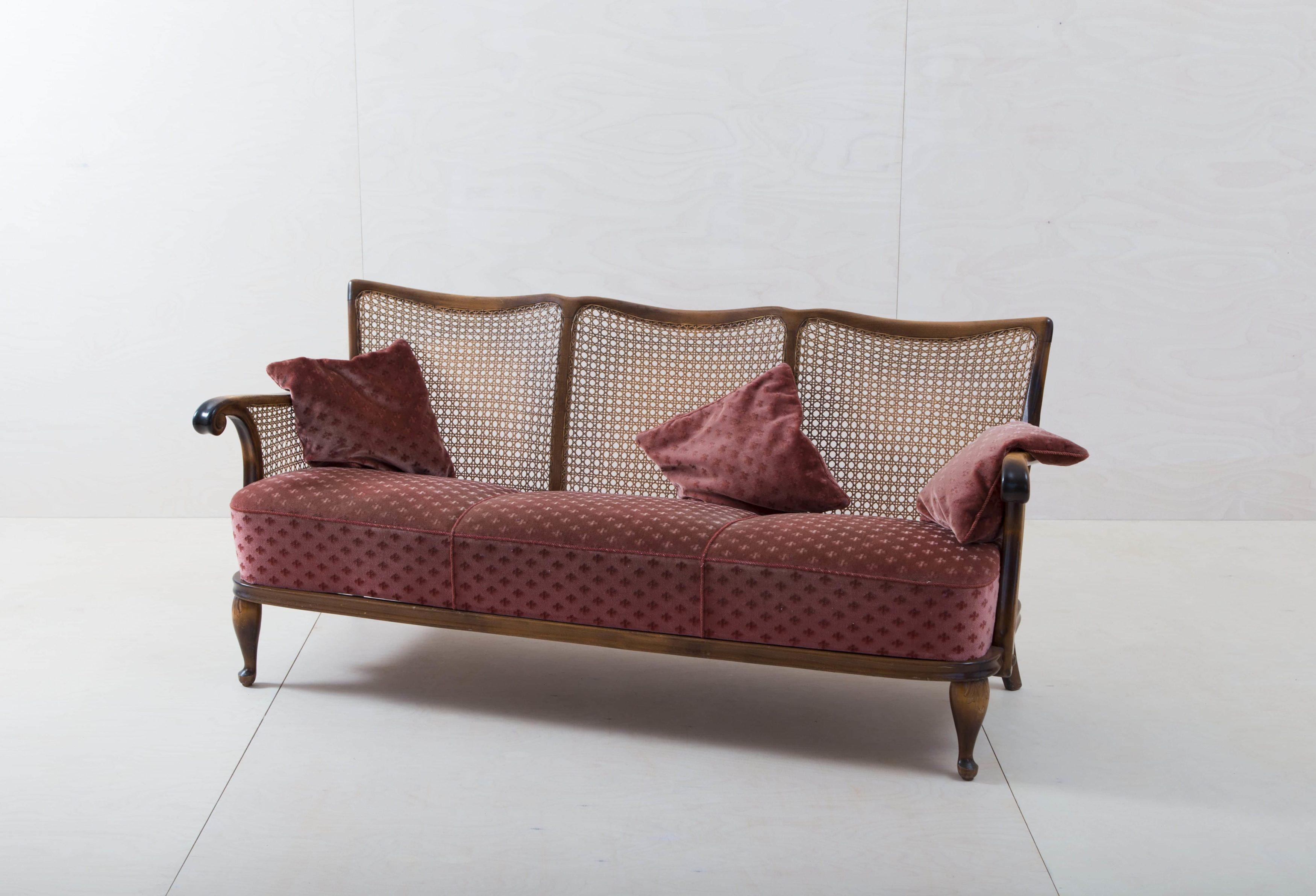 Rote Vintage Couch mit Samtbezug zu mieten