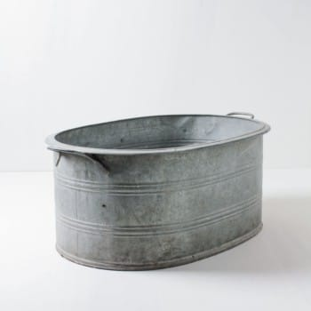 A metal tub that can hold a lot. Whether as a flower tub for the event styling or the exhibition stand, chilled champagne bottles at the wedding party or with lots of ice cubes as a beverage cooler for events. Alternatively, some warm blankets can be prepared for the guests in the tub. The metal tub can be wonderfully combined with our other zinc tubs Aurelio, Ernesto and Caminera.
