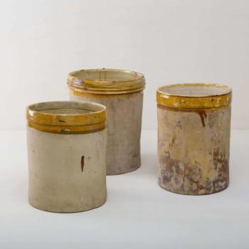 Diese elfenbeinfarbenen Vase der Serie Caldera ist, mit der farblich abgesetzten Glasur, das ganz Besondere unter den rustikalen Gefäßen. Mehrere Vasen verwendet, geben sie ein harmonisches Bild ab und sehen zu Frühlings- wie Sommerevents gleichermaßen gut aus. Ob als Vase für einen tollen bunten Herbst- oder blauen Kornblumenstrauß oder aber als Gefäß auf dem Buffettisch– Vase Caldera ist abwechslungsreich und hat eine schöne Patina. Terrekotta aus Süditalien. Die alten zylindrischen Vorratsgefässe stammen aus den 1920er Jahren und es wurden darin Gemüse in Öl und Essig gelagert. Nun gut gereinigt kannst Du die Gefäße als Vase für Dein Eventstyling oder Hochzeitsdekoration einsetzen.