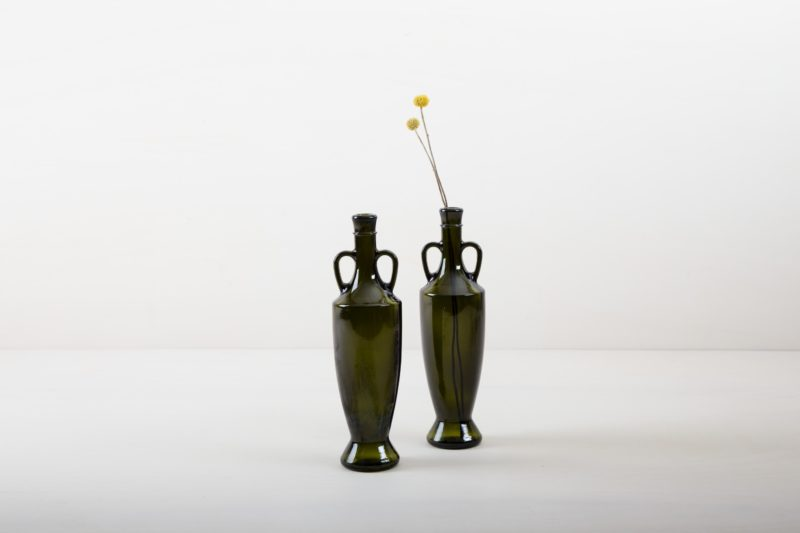 Our more than 80 years old olive oil bottles from southern Italy are the perfect complement for every garden party, summer wedding or dinner with Mediterranean flair. Equipped with small bouquets or individual flowers, the dark green glass vase Gonzales gives each table decoration the final touch.