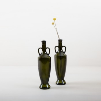 Vase Gonzalez | Unsere mehr als 80 Jahre alren Olivenölflaschen aus Süditalien sind die perfekte Ergänzung für jede Gartenparty, Sommerhochzeit oder edlem Dinner im mediteranen Flair. Bestückt mit kleinen Sträußen oder einzelnen Blumen, gibt die dunkelgrüne Glasvase Gonzales jeder Tischdekoration den letzten Schliff. | gotvintage Rental & Event Design