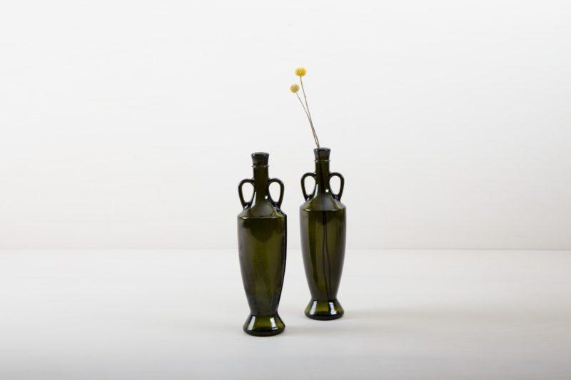 Vase Gonzalez   Unsere mehr als 80 Jahre alren Olivenölflaschen aus Süditalien sind die perfekte Ergänzung für jede Gartenparty, Sommerhochzeit oder edlem Dinner im mediteranen Flair. Bestückt mit kleinen Sträußen oder einzelnen Blumen, gibt die dunkelgrüne Glasvase Gonzales jeder Tischdekoration den letzten Schliff.   gotvintage Rental & Event Design