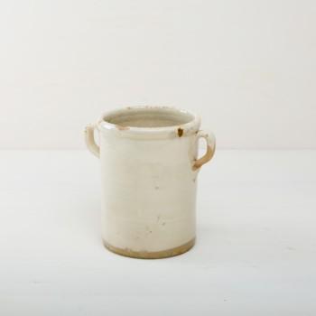 Diese elfenbeinfarbenen Vase der Serie Humaita ist, mit ihrer zinnhaltigen Glasur, etwas ganz besonderes unter den rustikalen Gefäßen. Mehrere Vasen verwendet, geben sie ein harmonisches Bild ab und sehen zu Herbst wie Sommerevents gleichermaßen gut aus. Ob als Vase für einen tollen Herbst- oder Kornblumenstrauß oder aber als Süßigkeitendose auf dem Buffettisch– Vase Humaita ist abwechslungsreich und hat eine schöne Patina. Robba bianca, Monochrome elfenbeinfarbene Glasur ist in Süditalien sehr beliebt. Die alten zylindrischen Vorratsgefässe stammen aus den 1920er Jahren und es wurden darin Gemüse in Öl und Essig gelagert. Nun gut gereinigt kannst Du die Gefäße als Vase für Dein Eventstyling oder Hochzeitsdekoration einsetzen.
