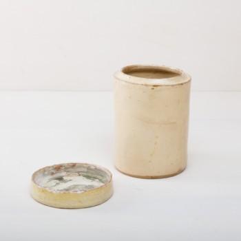 """Diese besonderen cremefarbenen Vasen der Serie Punca sind ganz individuell und interessant gefärbt. Gemeinsam geben sie ein harmonisches Bild ab und sehen zu Herbst wie Sommerevents gleichermaßen gut aus. Ob als Vase für einen tollen Herbst- oder Kornblumenstrauß oder aber als Süßigkeitendose auf dem Buffettisch– Vase Punca ist abwechslungsreich und mal """"etwas anderes"""". Die alten Keramikgefäße stammen aus Süditalien und in den 1930er Jahre wurden darin Antipasti oder Oliven gelagert. Nun gut gereinigt kannst Du die Gefäße als Vase für Dein Eventstyling oder Hochzeitsdekoration einsetzen."""