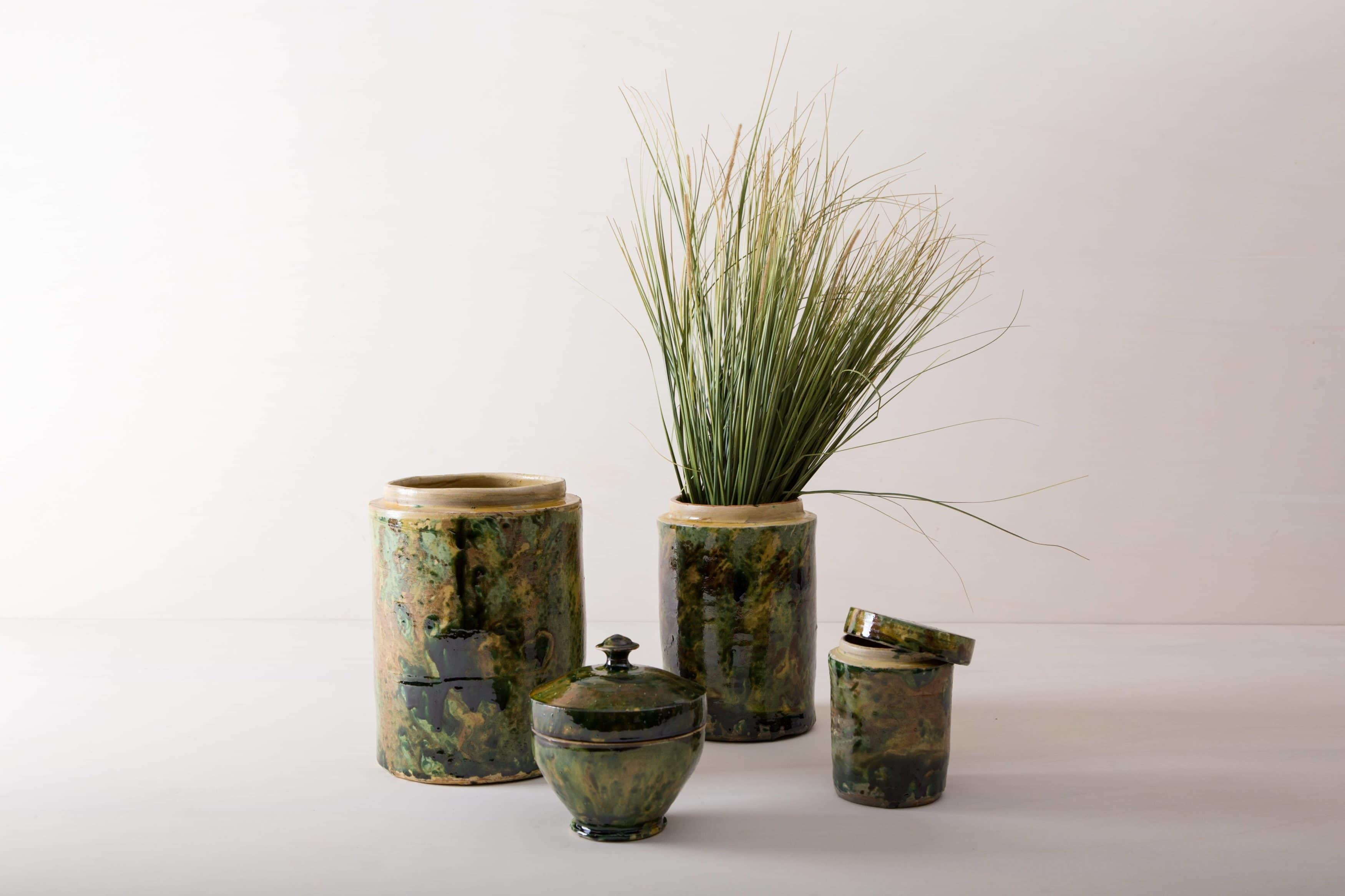 """Diese besonderen Vasen der Serie Punca sind ganz individuell und interessant gefärbt. Gemeinsam geben sie ein harmonisches Bild ab und sehen zu Herbst wie Sommerevents gleichermaßen gut aus. Ob als Vase für einen tollen Herbst- oder Kornblumenstrauß oder aber als Süßigkeitendose auf dem Buffettisch– Vase Punca ist abwechslungsreich und mal """"etwas anderes"""". Grün marmorierte Keramik, die alte Technik der Marmorglasur ist in Süditalien sehr beliebt. Die zylindrischen Vorratsgefässe stammen aus den 1930er Jahren und es wurden darin Antipasti oder Oliven gelagert. Nun gut gereinigt kannst Du die Gefäße als Vase für Dein Eventstyling oder Hochzeitsdekoration einsetzen."""