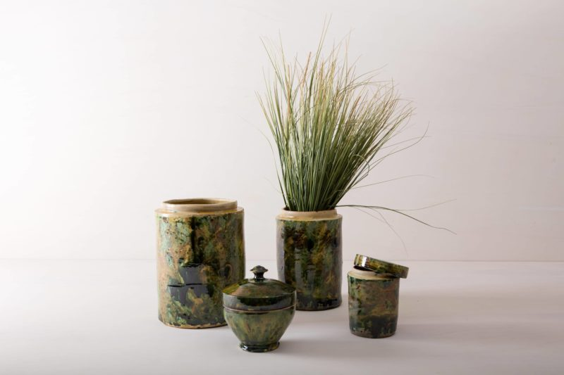 These unique vases of the series Punca are individually and interestingly colored. Together they give a wonderful and unique impression and look great in autumn as well as in summer decoration set ups. Whether as a vase for a great autumn or cornflower bouquet or as a candy box on the buffet vase Punca is diverse and occasionally a different look. Green marbled ceramics, the old technique of marble glaze is very popular in southern Italy. The cylindrical storage jars date back to the 1930s and were used to store antipasti or olives. Well cleaned you can turn the pots into a vase for your event styling or wedding decoration.