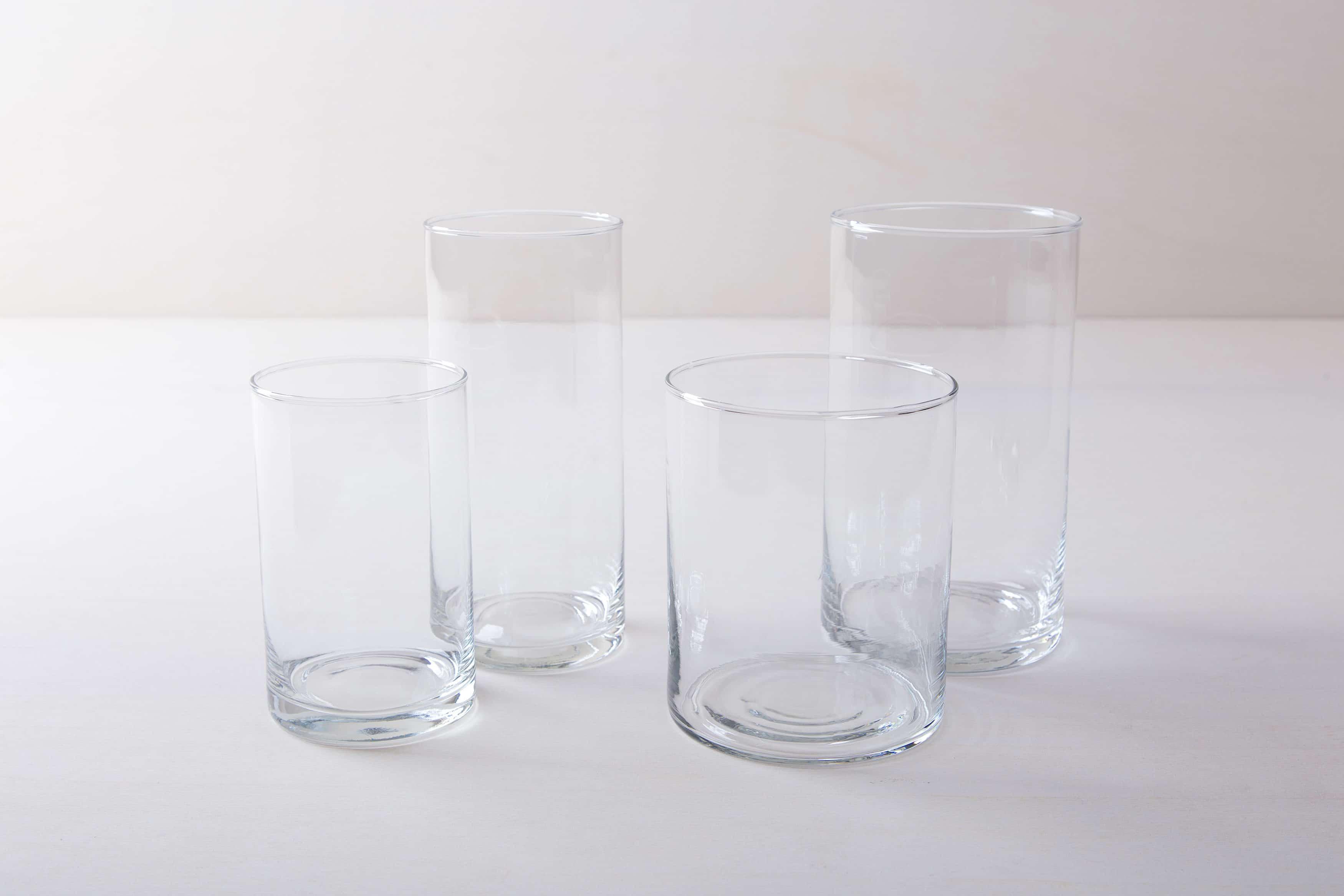 Ganz schlicht und elegant ist Glasvase Bacoya. Dieser unaufdringliche Glaszylinder setzt Blumensträuße innen wie außen gut in Szene und stielt den bunten Blumen dabei nicht die Show. Ob sommerliche Gartenparty oder elegante Winterhochzeit– Blumenvase Bacoya passt zu vielen Veranstaltungen und Farben. Den Glaszylinder, mit dem Durchmesser 9 cm und einer Höhe von 19 cm, kannst Du mit einer Kerze auch als Windlicht mieten. Kombiniert mit den verschiedenen zylindrischen Größen der Bacoya Serie, ergibt sich bei Deinem Event ein stimmige Bild.