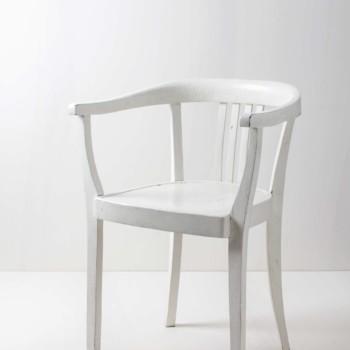 Hochzeitsdekoration mit weißen Stühlen. Sehen fast wie Crossback Stühle aus.