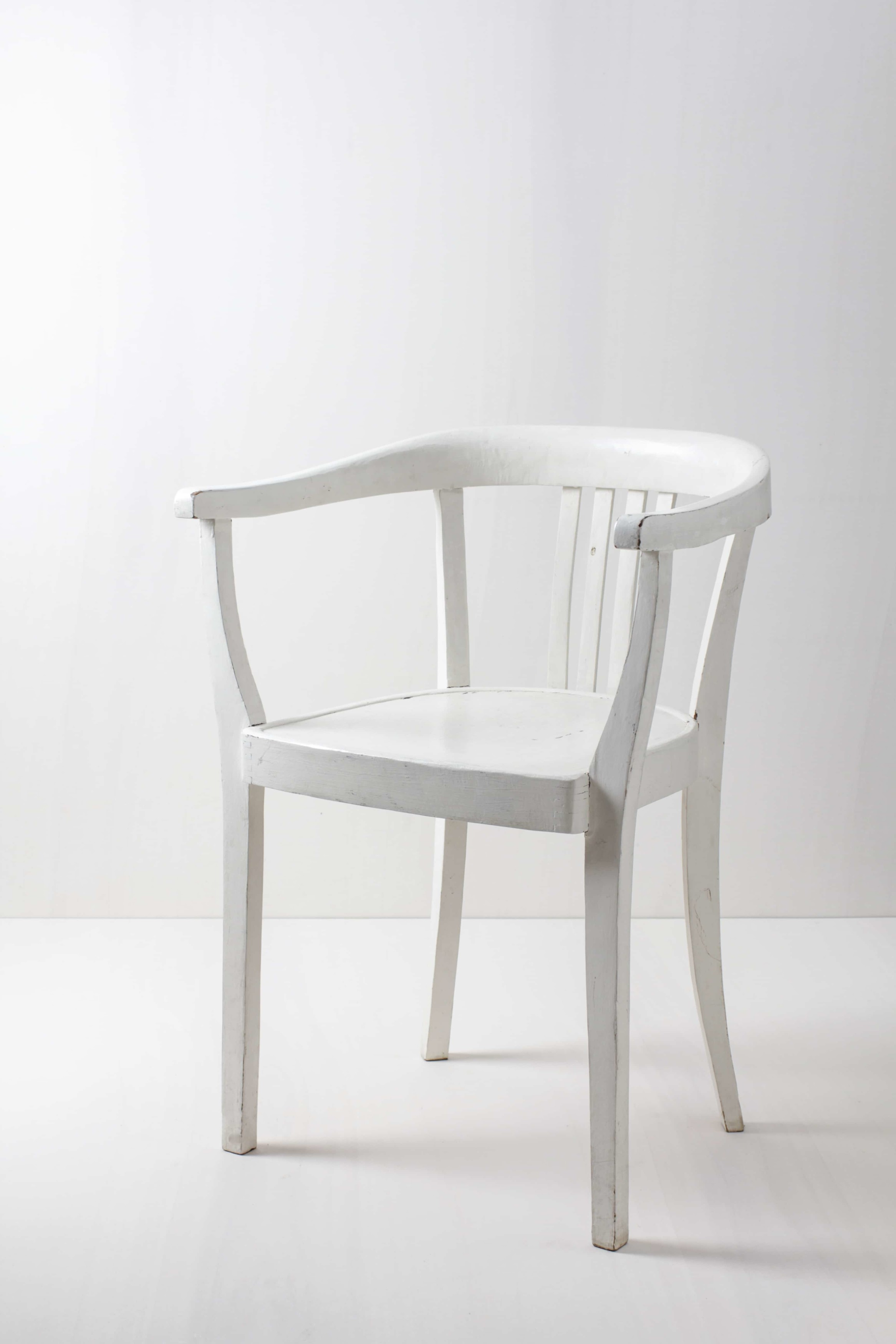 Hochzeitsdekoration mit weissen Stühlen. Sehen fast wie Crossback Stühle aus.