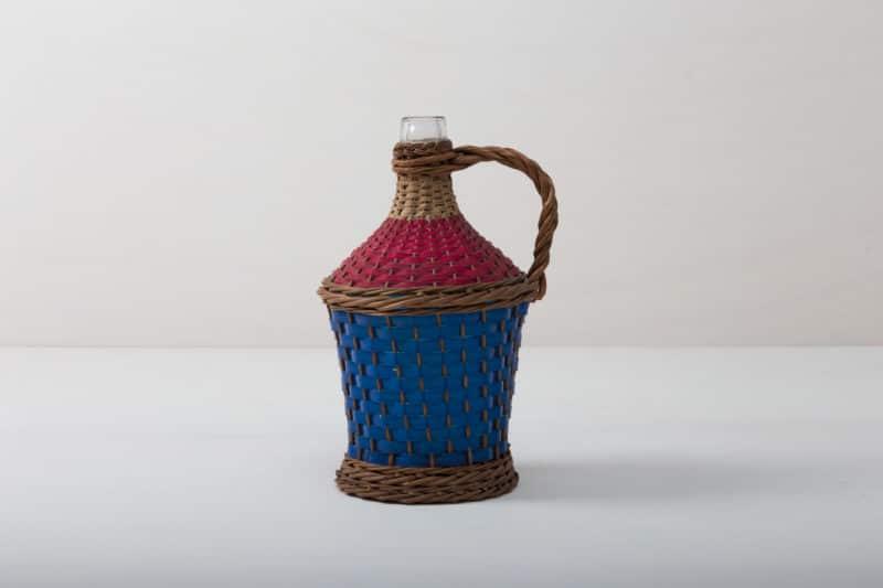 Weinballon Salar | Wie viele Liter Wein mögen in dieser Korbflasche zu rauschenden Festen gebracht worden sein? Das wird wohl ein Rätsel bleiben. Völlig klar dagegen ist, dass die Weinballons heute eine wundervolle Dekoration auf Eurem Fest abgeben. Ob alleine oder zu mehreren gruppiert, die bildschöne, bauchige Form machen sie zu wahren Augenschmeichlern. Sie eignen sich bestens als Vasen für lange Gräser oder exotische, einzelne Blüten. Die Weinballons oder auch Demijohn genannt sind in verschiedenen Größen verfügbar. Die einen sind klein genug, um auf dem Tisch Platz zu finden, die anderen eignen sie eher für Dekorationen auf dem Boden. | gotvintage Rental & Event Design