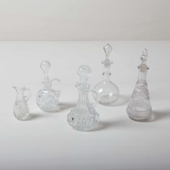 Petit oil and vinegar cruets made of crystal glass. Perfect to decorate small flowers.