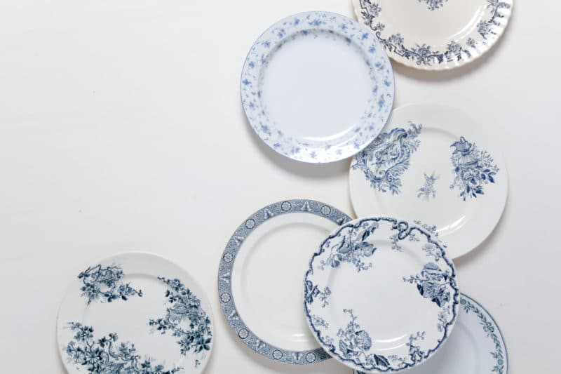 Speiseteller Santos Blau Mismatching | Die Mismatching Vintage Speiseteller der Serie Santos sind aus weißem und cremefarbendem Porzellan. Mit zarten, blauen Mustern versehen, ergeben die Speiseteller zusammen mit anderem Santos Geschirr ein wunderschönes Bild, z.B. auf Deiner Hochzeitstafel. Kombiniert mit den Antonia Hauptspeisegabeln und Messern, die Du ebenfalls bei uns mieten kannst, wird der gedeckte Tisch mit Sicherheit in Erinnerung bleiben. | gotvintage Rental & Event Design