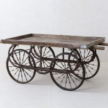 Handwagen Anselmo Vintage   Auf unserem antiken Holzwagen Anselmo lassen sich wunderbar Produkte präsentieren, Blumen dekorieren, Geschirr platzieren oder Torten servieren. Der Handwagen aus Holz ist robust, stabil und mobil und wirklich wunderschön. Viele unserer KundInnen mieten den Holzhandwagen für ihre Gartenparty oder Hochzeit um Kuchen oder ein Teil des Buffets zu servieren. Der Holzwagen wird aber auch gerne für Messestände und Ausstellungen gemietet.   gotvintage Rental & Event Design