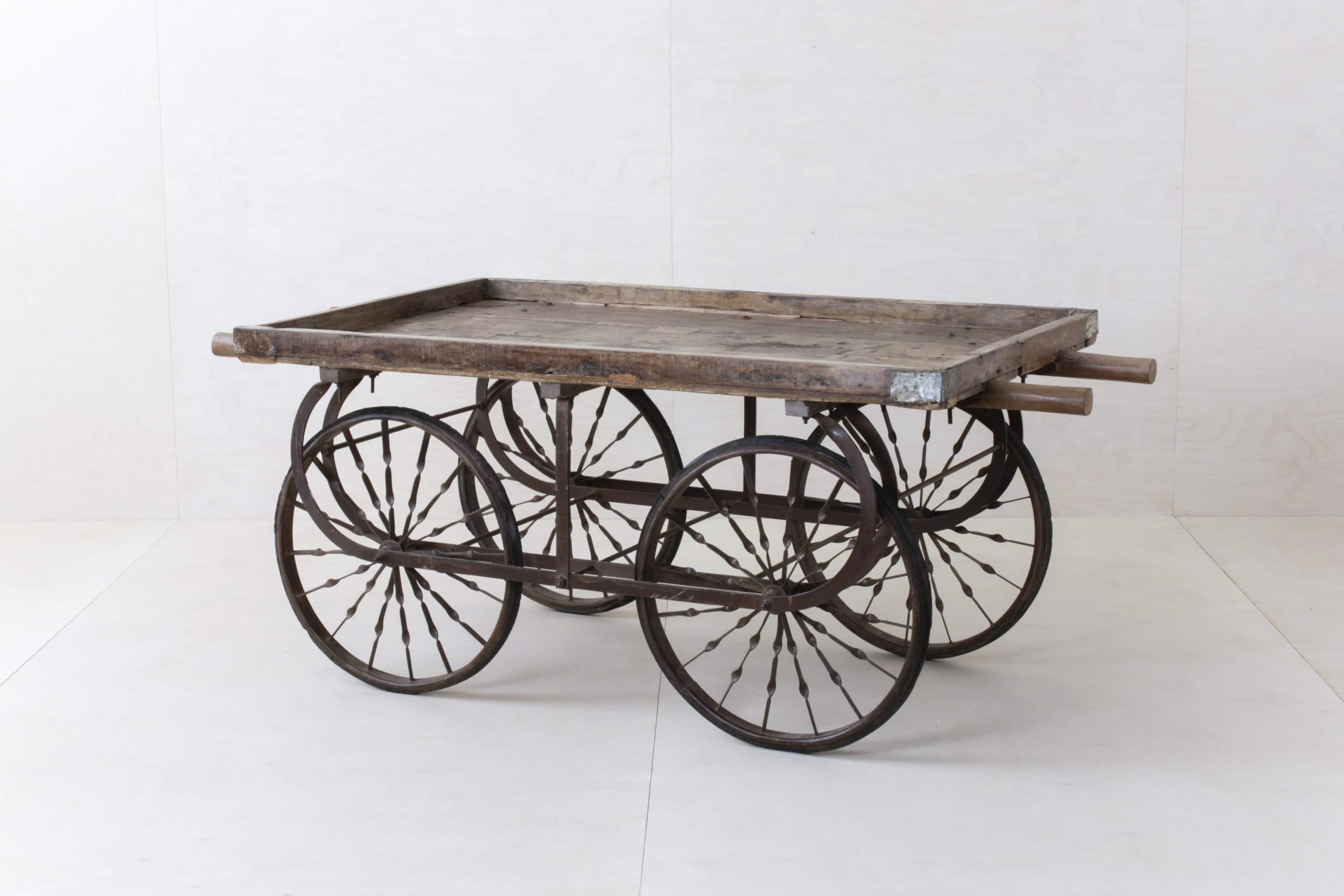 Holzhandwagen für Hochzeitsdekoration.