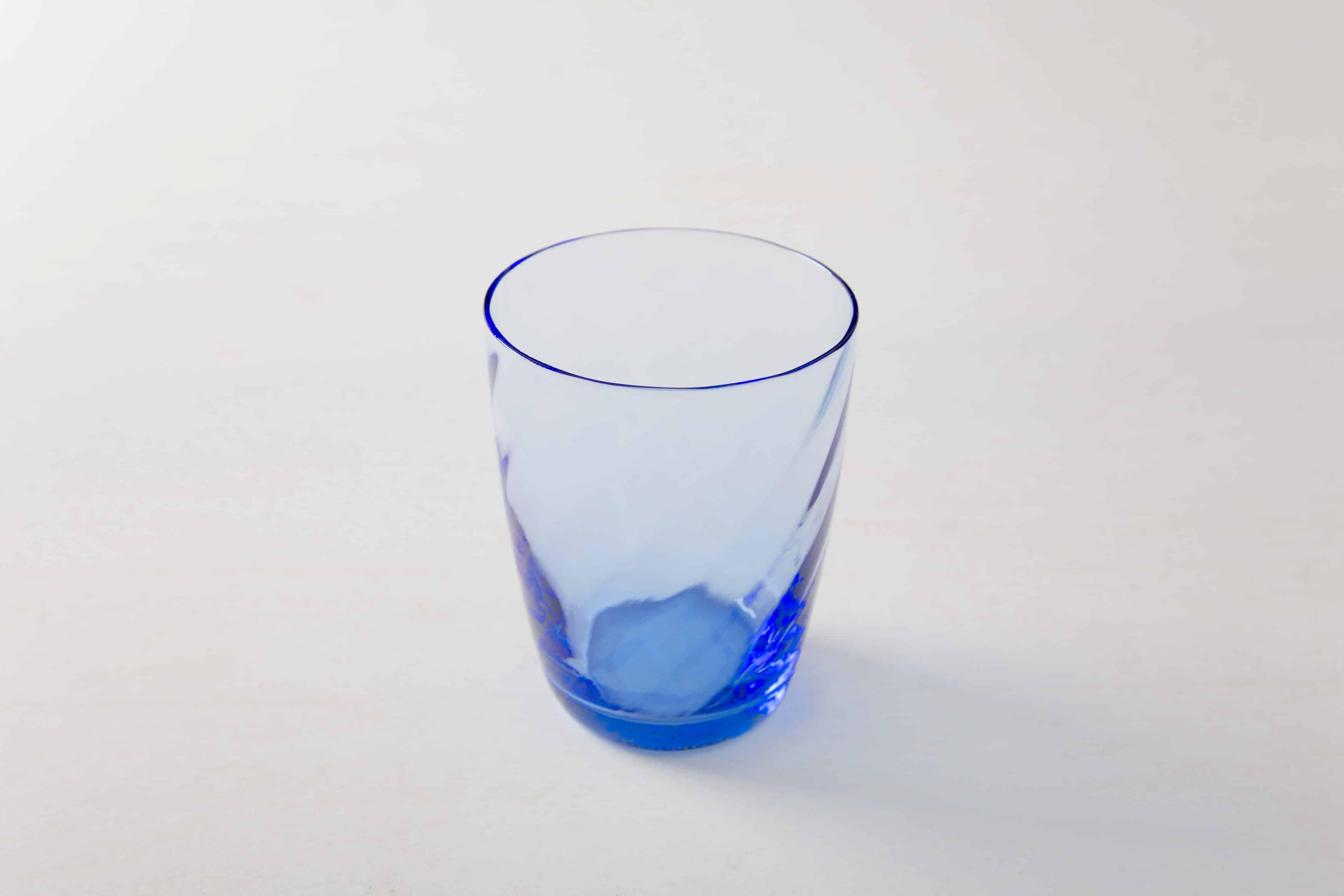 Stilvollen Wassergläser aus gefärbtem Glas mieten