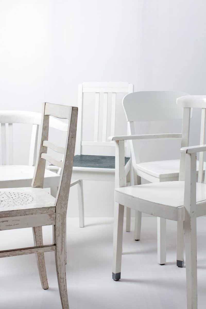 Holzstühle Paula Vintage Weiß Mismatching | Diese vintage mismatching Holzstühle verschönern jede Tafel. Durch ihre individuellen Formen und Designs, die unterschiedlichen Weißnuancen und Patina ergibt sich ein einmaliges aber stimmiges Bild auf ihrem Fest, der Hochzeit oder auf ihrem Event. Bis zu 300 weiße Holzstühle stehen zur Verfügung, somit lässt sich eine lange Tafel wunderschön gestalten. | gotvintage Rental & Event Design