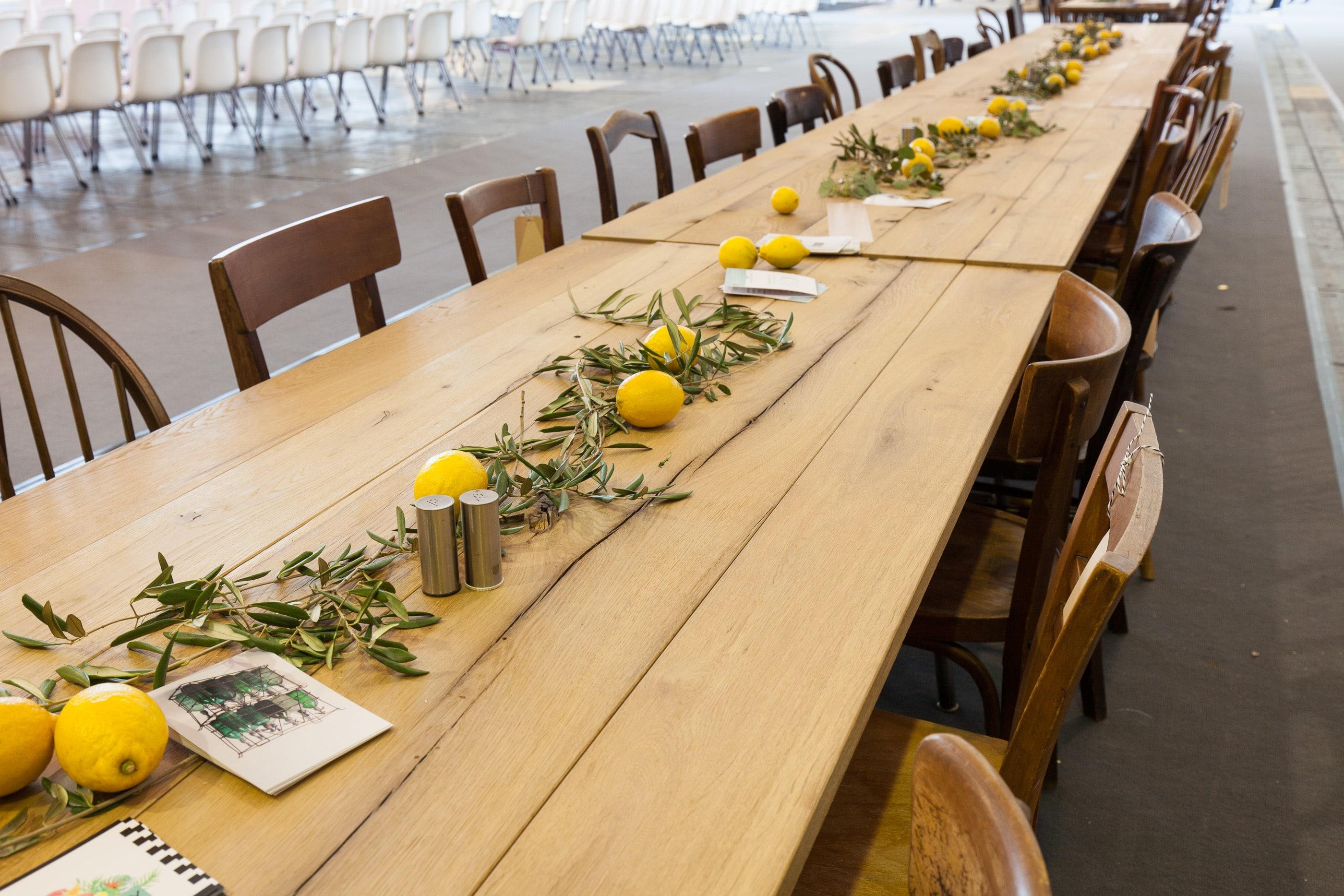 Lange Festtafel aus rustikalen Holzklapptischen. Mietmöbel, Eventmöbel mieten.