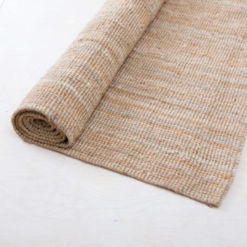 Carpet Acharas Jute | Carpet Foguista is a rustic jute carpet. Due to its texture, the carpet not only looks really stylish in a lounge, but can be used wonderfully outdoors in the garden. Whether you want to relax, eat, stand, sit or celebrate on the jute carpet Foguista it's up to you and your guests. The carpet adds the final touch to your event. We also rent Carpet Acharas in a smaller size. | gotvintage Rental & Event Design