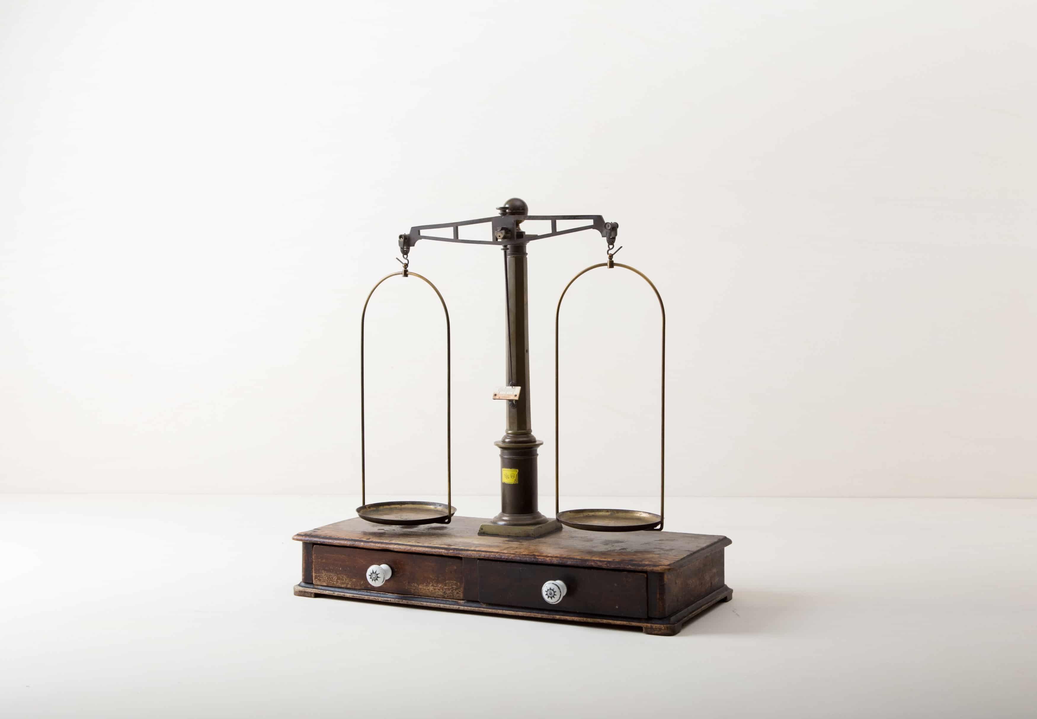 dekorative Apotheker Waage außergewöhnliche Vintage Dekorationselemente mieten.