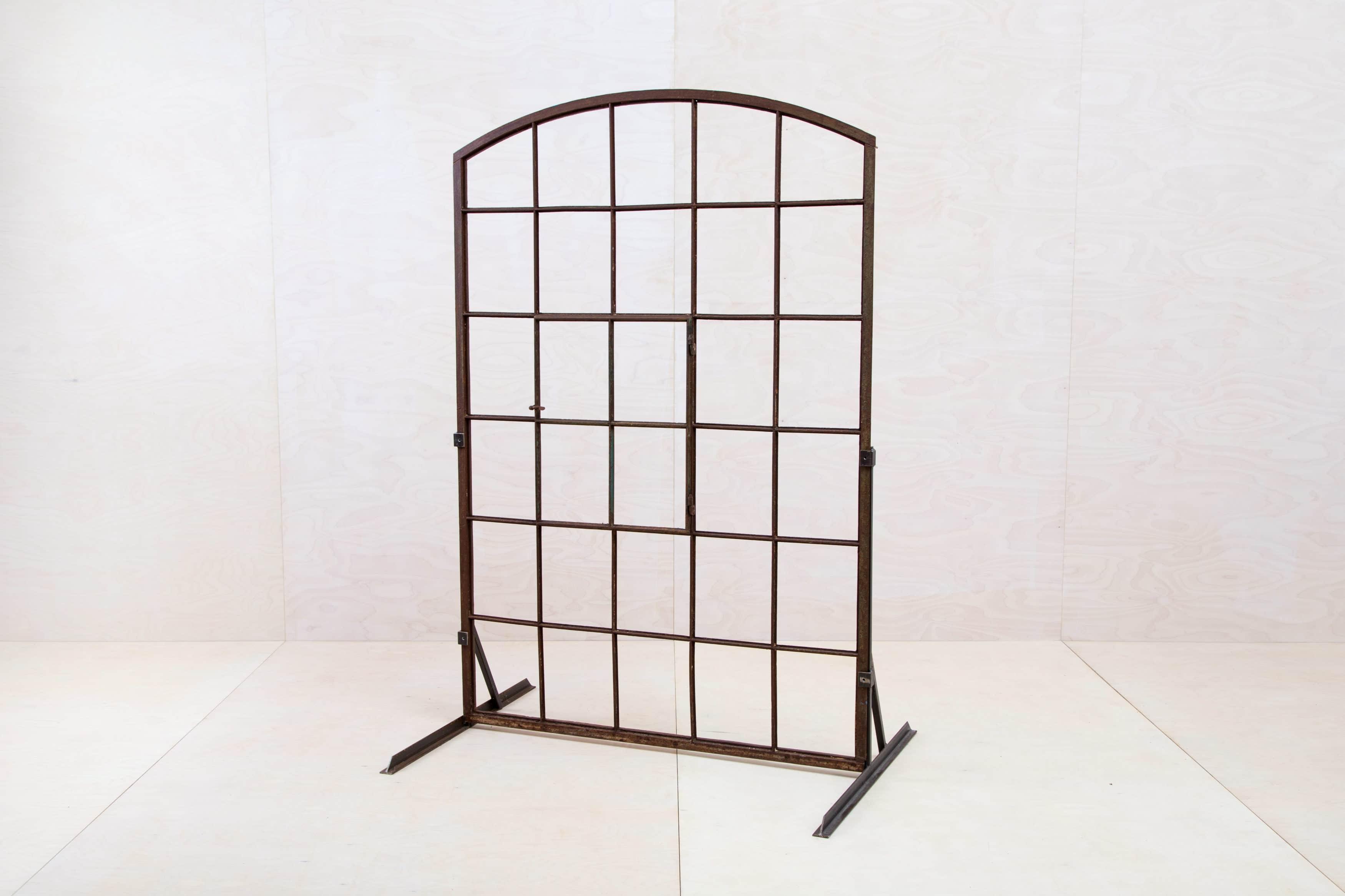 Alter Fensterrahmen aus Stahl. Eventdekoration mieten