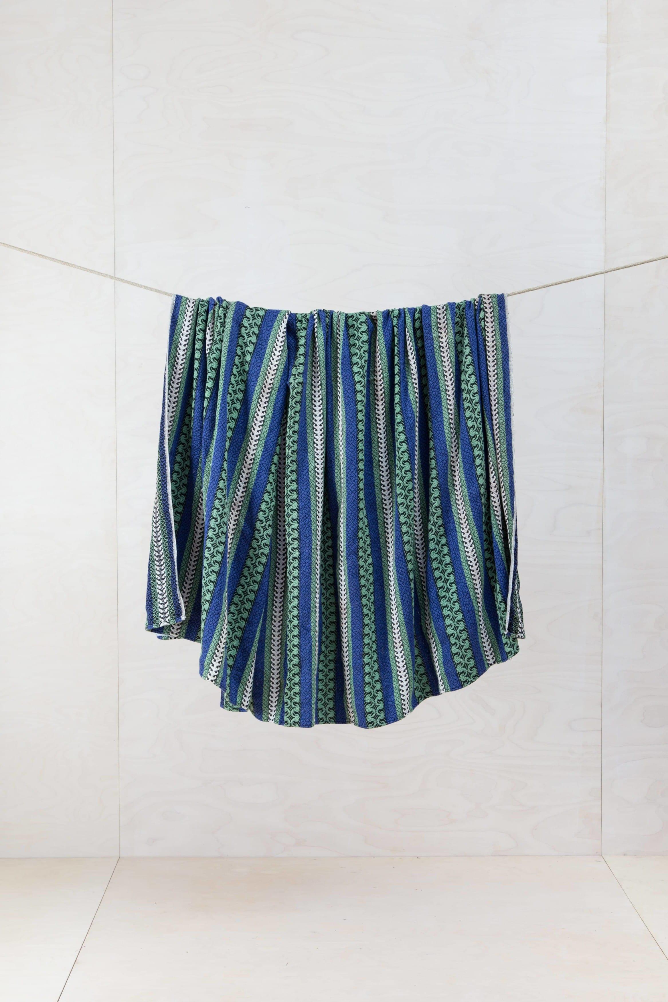 Schön gemusterte Decke zum Drapieren und Dekorieren