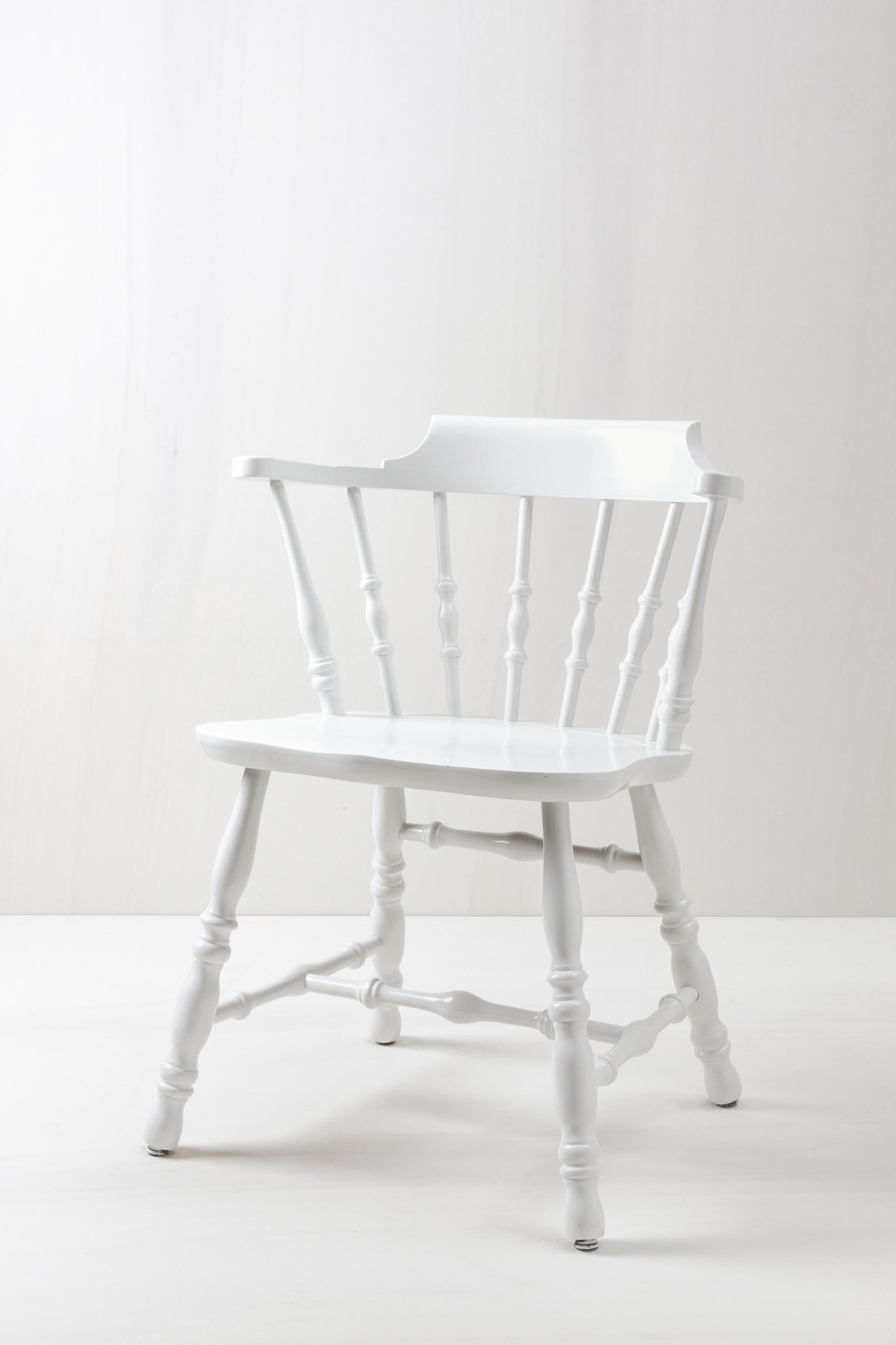 Bestuhlung von Events und Hochzeiten, weiße Holzstühle mieten