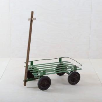Unser charmanter Handwagen Sevillar bringt ihre Blumendekoration und eigene Ideen richtig zur Geltung. Auf dem Bollerwagen lassen sich auch hervorragend Produkte präsentieren.