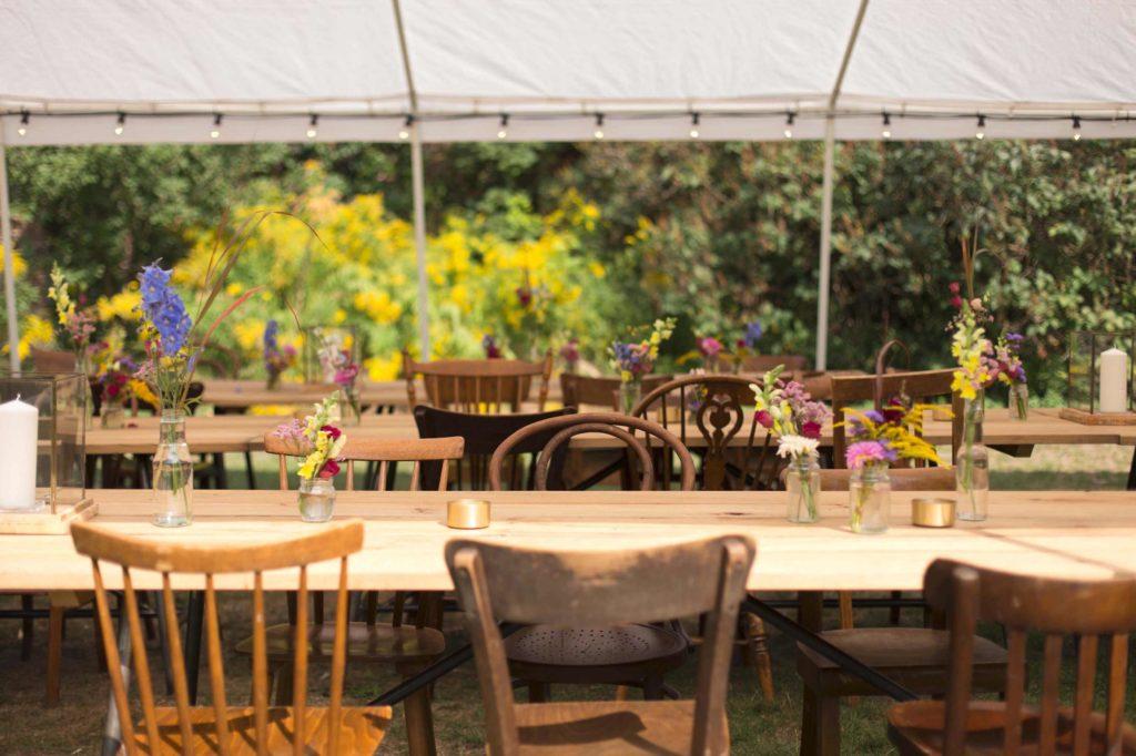 Holzstühle, Korbstühle, Bauernstühle, Thonets, Sprossenstühle, Kneipenstühle, Tische, Vasen, Girlanden