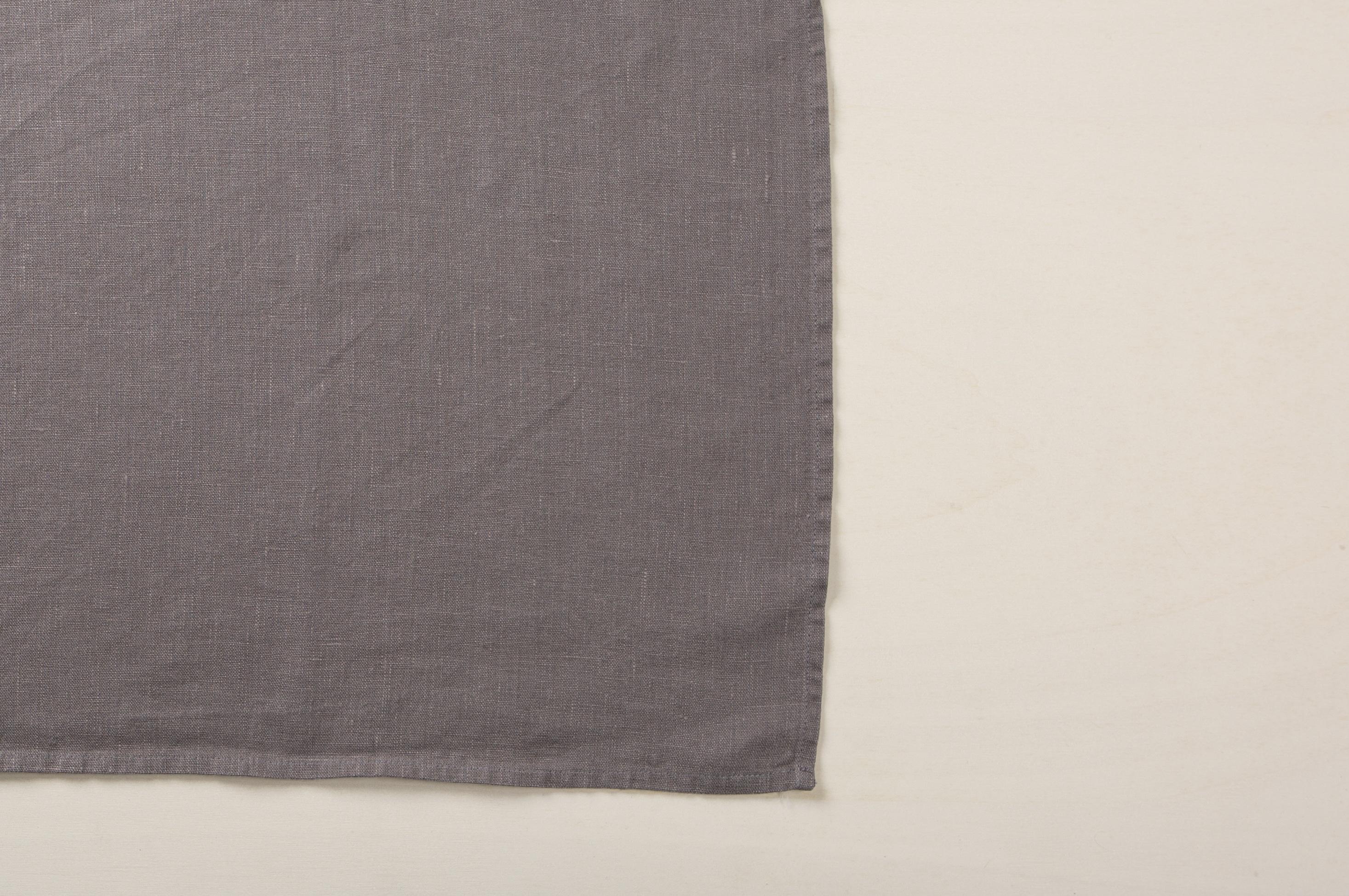 """Color Radio New   Einfach aber so wirkungsvoll: Servietten können so viel mehr, als vor Flecken zu schützen. Ob locker drapiert, mit einem Band zusammengehalten oder mit einem schönen Serviettenring: Sie sind das i-Tüpfelchen auf dem Tischdekor und runden mit ihrer Struktur und Farbe die Dekoration ab. Unsere Servietten """"Amparo"""" werden aus weich fließendem Leinen liebevoll gefertigt und kommen in einer wunderschönen Farbpalette mit matten, natürlichen Tönen.Diese Leinenservietten passen besonders gut zu moder...  """